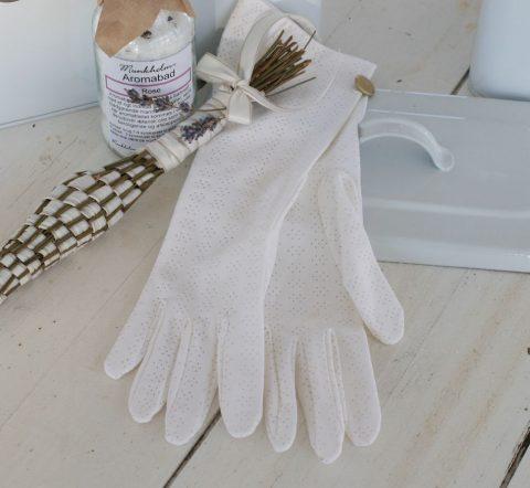 gamle-handsker-i-hvid-med-hulmønster