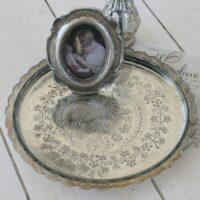 Glasfad-med-mønster-i-antik-sølv