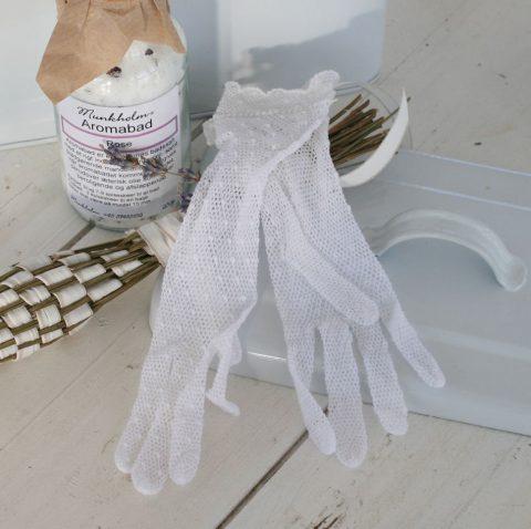 Hæklede-små-gamle-handsker-i-hvid
