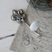 Knage med fransk lilje i sølv