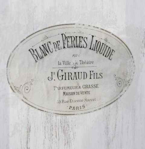 Oval-møbeldekoration-med-fransk-reklame