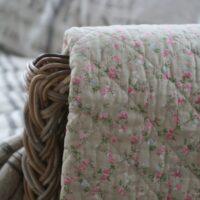 Quilt i beige med rosa blomster