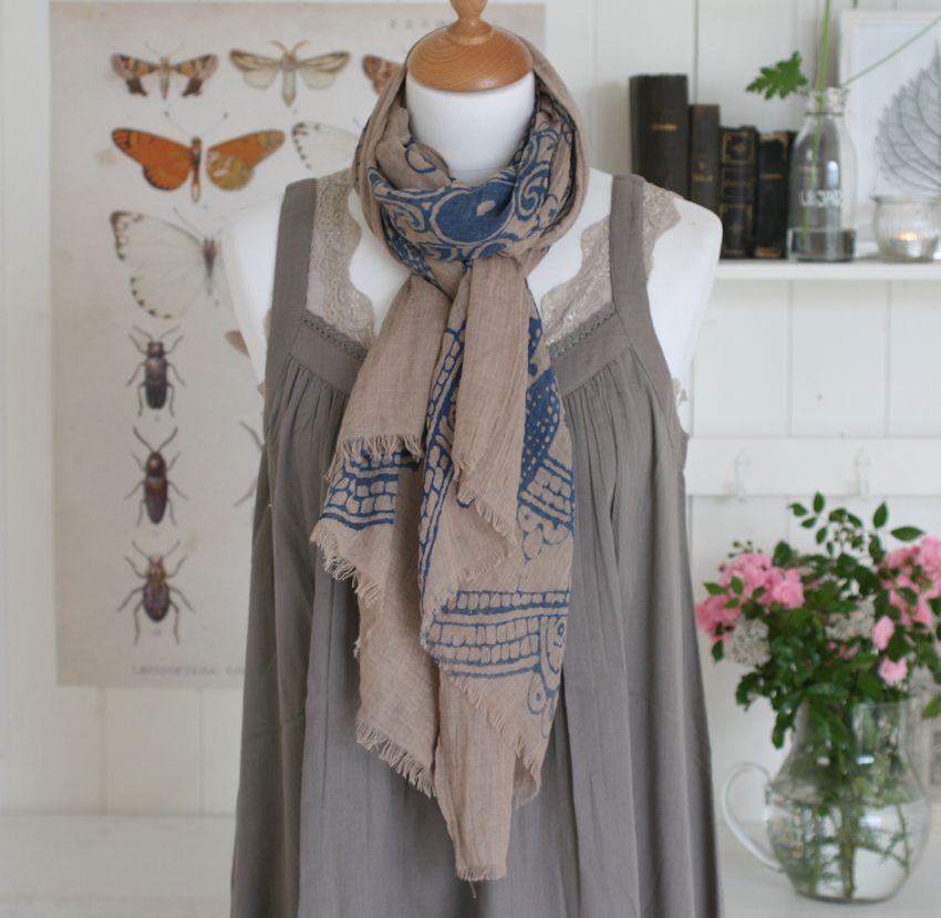 Tørklæde i beige og blå farve fra Barfota