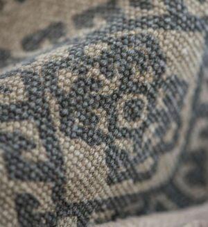 Stor gulvtæppe med grå mønster