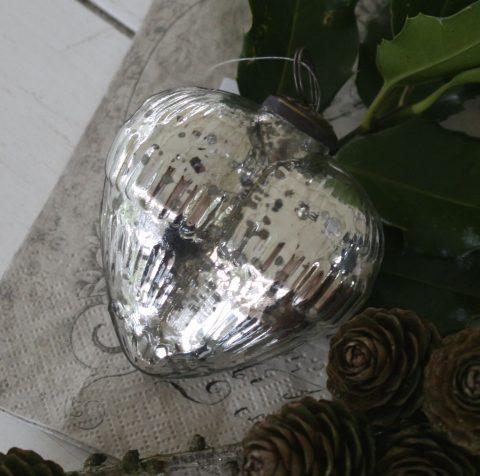 Julekugle i sølv hjerte med rille