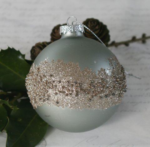 Julekugle med perler i antique verte