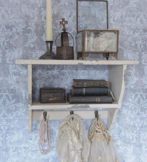 Lille hylde m. knager, antik creme
