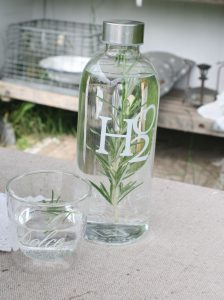 vand med rosmarin