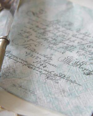 Servietter med skrift - støvet grøn