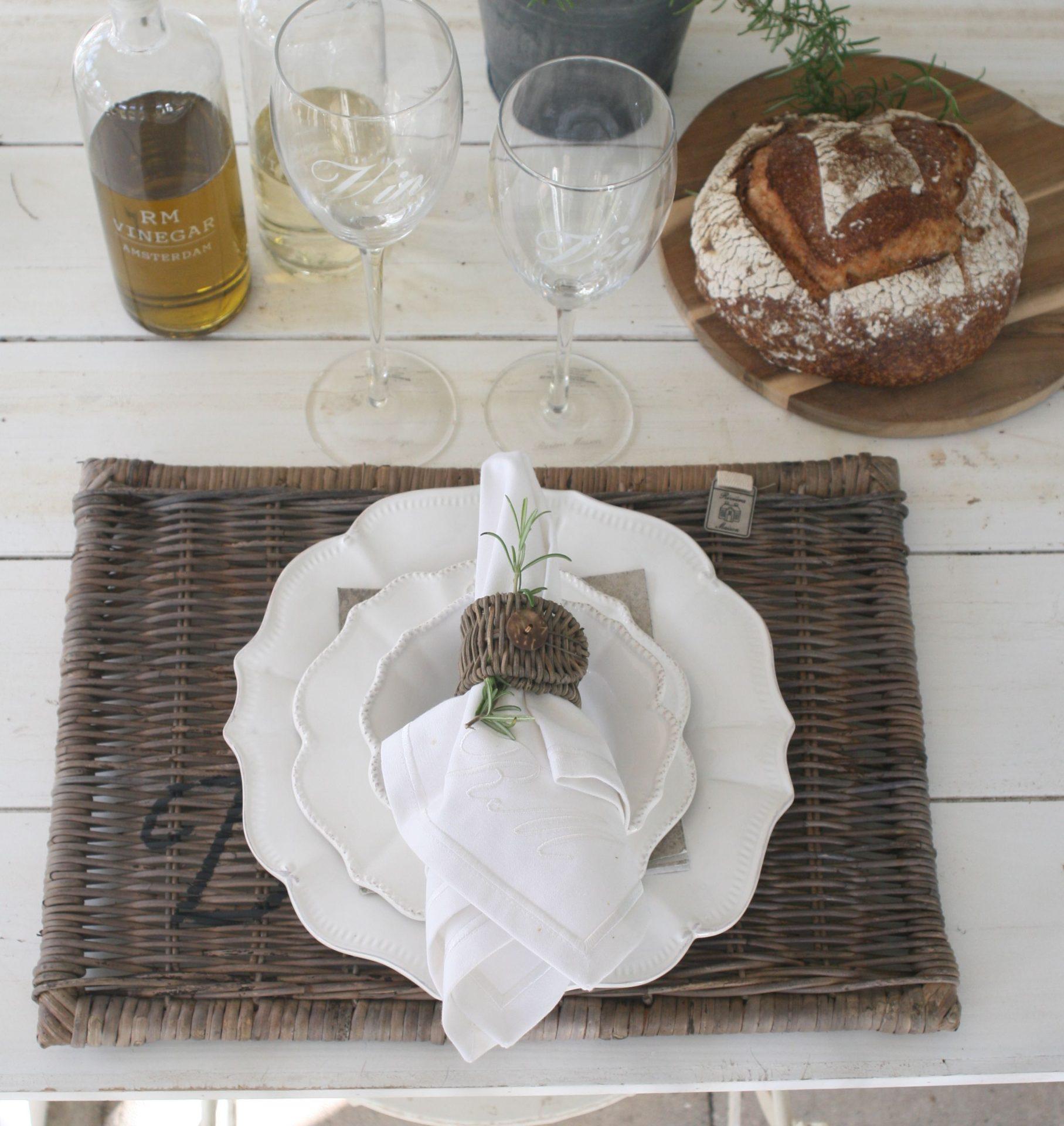 Dækkeserviet - Rustic rattan placemat diner