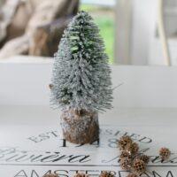 Grøn mini juletræ med sne