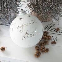 Hvid julekugle med tekst Joyeux Noël 1STK. TILBAGE