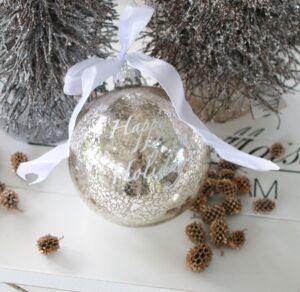 Julekugle i sølv m. tekst Happy Holidays