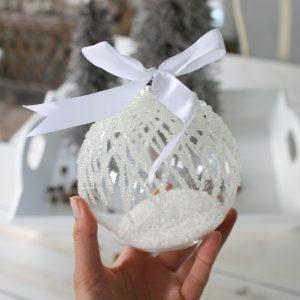 Stor Julekugle i glas med frost og sne indeni
