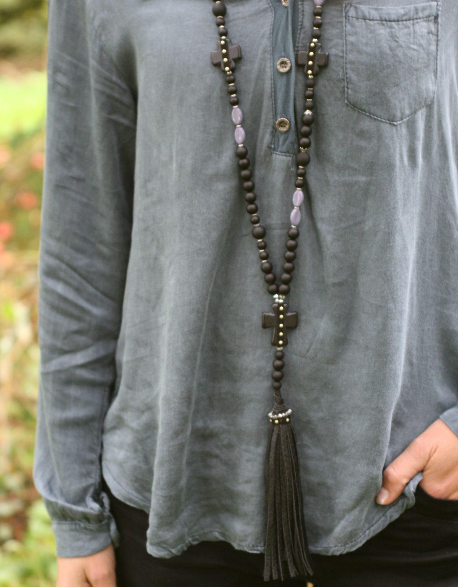 Halskæde, lang med kvast/kors i sort