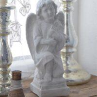 Engel i antik hvid