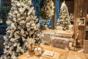 pyntning af jul i cafe